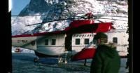 En fader ankommer med helikopter i Uummannaq